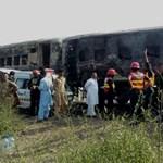 Rengetegen meghaltak egy lángba borult vasúti kocsiban Pakisztánban
