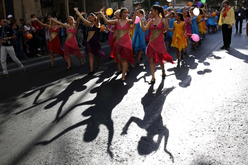 afp. hét képei - Jeruzsálem, Izrael, 2014.10.14. Israelis march with colorful balloons during the annual Jerusalem Parade on October 14, 2014, attended by thousands, mainly evangelical Christians from all over the world, to mark the Jewish holiday of Sukk