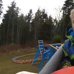 Egy apa az udvaron felhúzott hullámvasúttal lepte meg fiát - videó