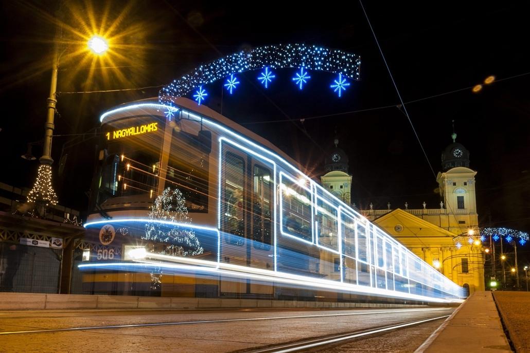 Karácsonyi villamos Debrecenben2013. december 3. A hosszú expozíciós idővel készült felvételen a DKV Debreceni Közlekedési Zrt. fényfüzérekkel feldíszített villamosa közlekedik a debreceni Kossuth téren 2013. december 2-án. Az idén első alkalommal feldísz