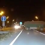 200+ km/h-val csapódott az autó az előtte átguruló teherautóba – videó
