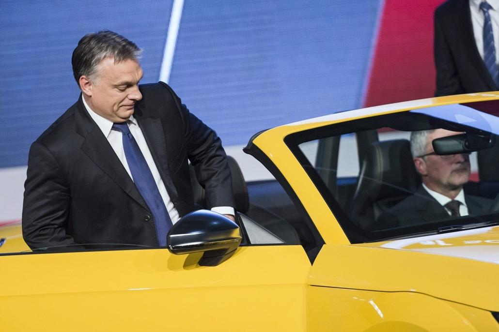 mti. hét képei - Az Audi TT Roadster gyártásindítási ünnepsége Győrben, 2014.11.05. Győr, Orbán Viktor miniszterelnök (b) és Rupert Stadler, az Audi AG. igazgatótanácsának elnöke (j) az Audi TT Roadster gyártásindítási ünnepségén Győrben 2014. november 5-