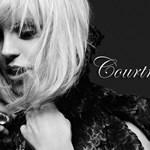 Courtney Love megszabadulna ruháitól