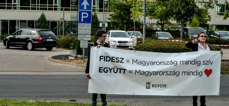 Molinóval tiltakozott az Együtt a Fidesz frakcióülésénél