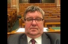 Tállai András lőtt egy szelfit a parlamentben