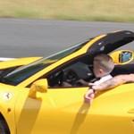 Ölben vezette egy gyerek a Ferrarit az autópályán