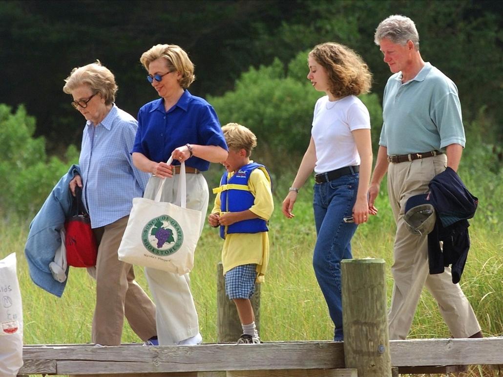 1998.08.25. - A Clinton család nyaralni indul - Betsy Cronkite (balra) hajójához tartanak Edgartown mellett . hajókirándulás - CLNTNAGY