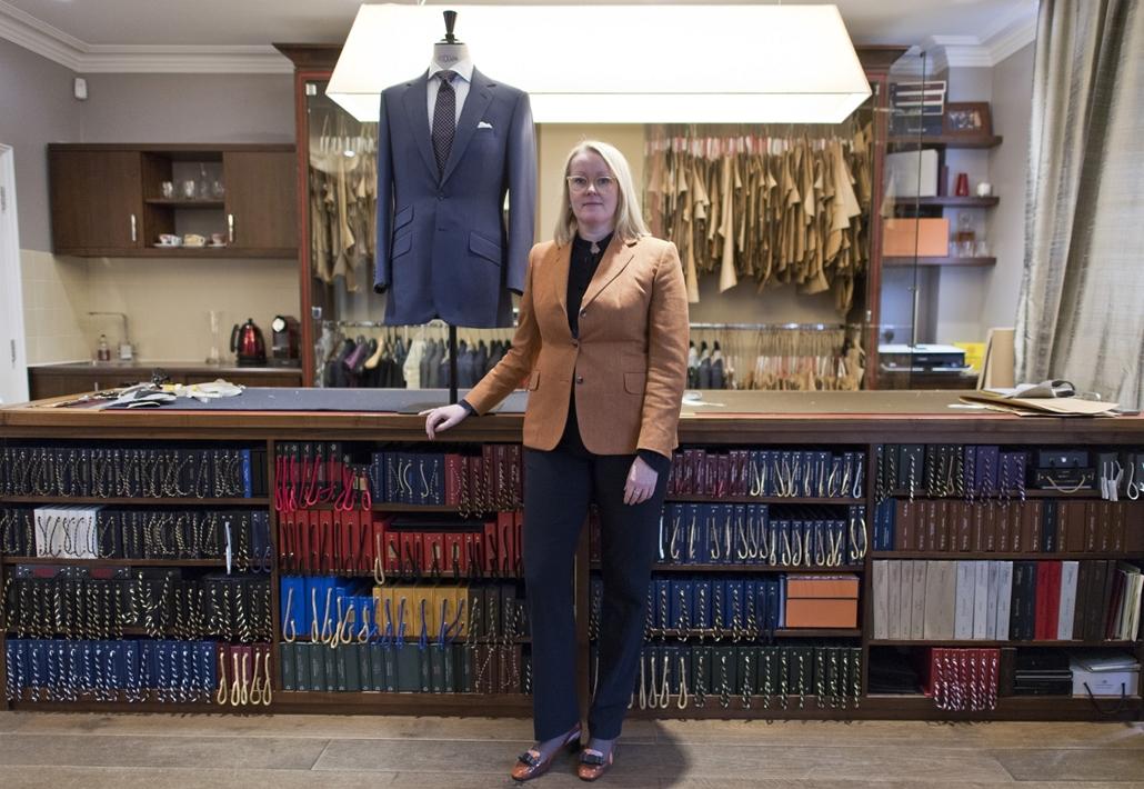 afp.18.02. - AFP - Nőnap - Kathryn Sargent szabó boltjában Londonban Angliában