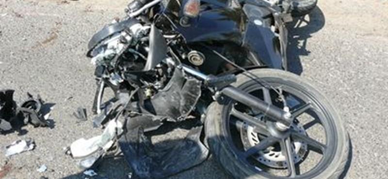 Beleszállt a Skodába a szabálytalan motoros – képek