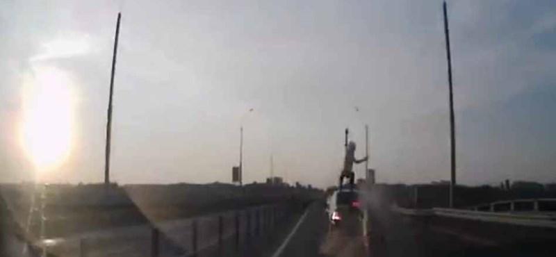 Így kell látványosan megúszni egy brutális motorbalesetet - videó