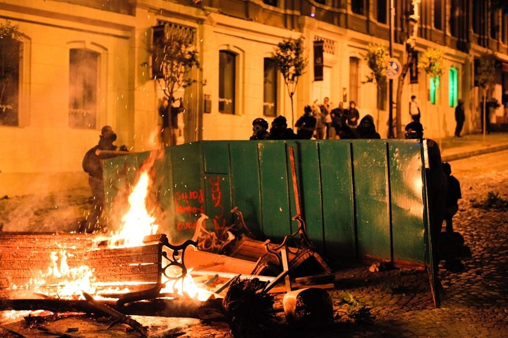 Törökországi tüntetések, 2013, június - Protestors clash with riot police near Turkish prime minister Recep Tayyip Erdogan office, between Taksim and Besiktas in Istanbul, on June 3, 2013, during a demonstration against the demolition of the park. Turkish