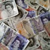 Gyengül a font a dollárral és az euróval szemben