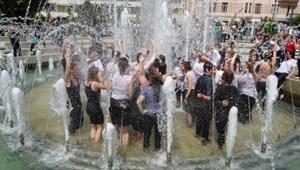 Záróvizsga után a szökőkútba: van, ahol így ünnepelnek a végzős egyetemisták
