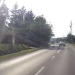 A nap videója a 10-es útról: 120-szal kerüli ki a BMW-s a zebrás terelőszigetet