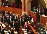 Videón, ahogy Orbán TEK-es testőrei a parlamentbe rohannak