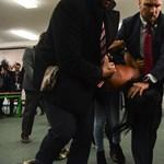 """""""Putyin ribanca!"""" - rátámadt a cseh államfőre egy félmeztelen """"szextremista"""" - videó"""