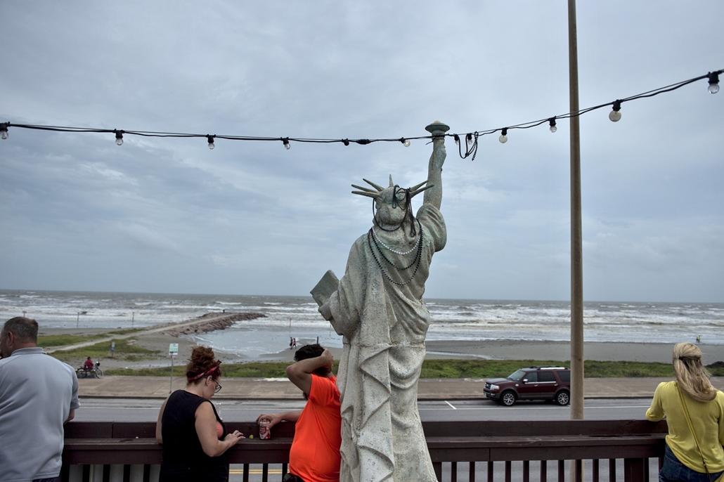afp.17.08.27. - Texas city, USA: Hurrikán után Houstonban. A heves esőzéssel kísért Harvey hurrikán végigsöpört a texasi partvidéken; pusztításai nyomán Texas állam 62 megyéje vált katasztrófa sújtotta területté.
