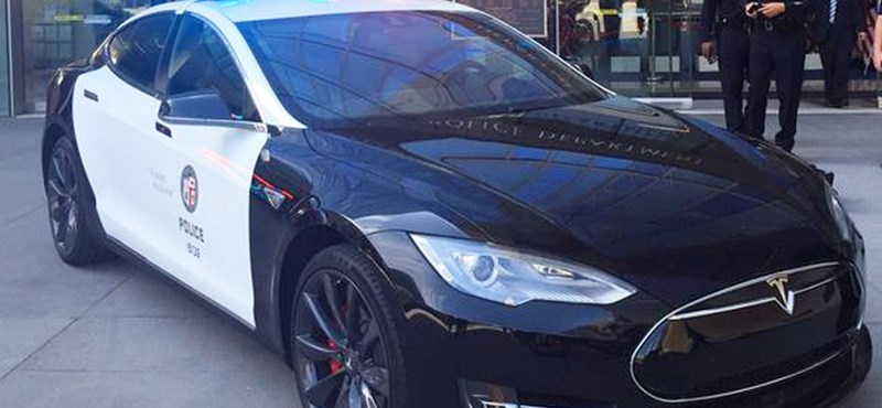 Jól nézze meg, mert ez történelem: szolgálatba állt a világ első Tesla rendőrautója