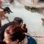 Fotó: Az időjáráshoz passzoló flashmobot tartottak a Vigadó téren