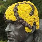 """Virágszakálluk """"nőtt"""" a szürke, régi szobroknak Brüsszelben"""