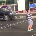 Autók előtt macarénázó tinifiúra csapott le a szigorú arab rendőrség – videó