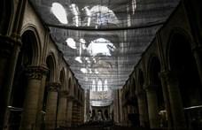Drámai képek a Notre-Dame első miséjén az áprilisi tűzeset óta
