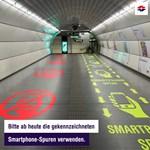 Csak vicc volt, de nem is rossz ötlet: külön sávot kaptak a mobilozók a bécsi metróban