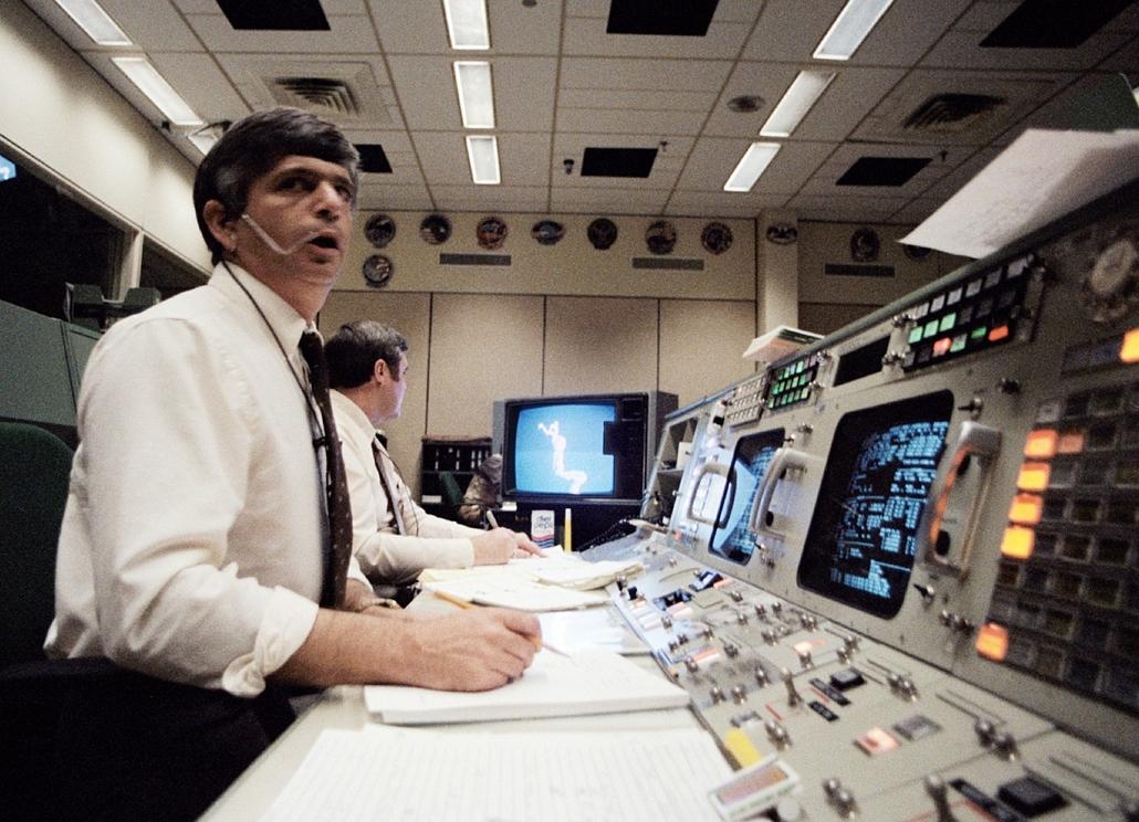 afp. Challenger-katasztrófa 1986.01.28. Jay Greene és Alan Briscoe repülésirányítók a monitorokat figyelik a baleset bekövetkezte után.