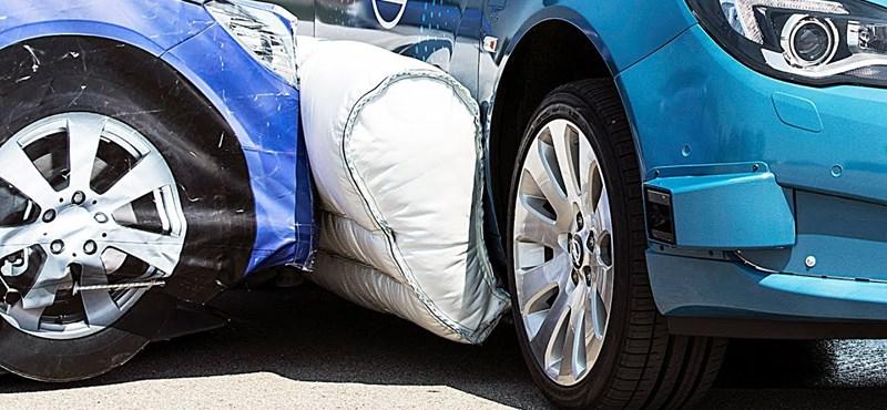 Már az ütközés előtt felfúvódik ennek az autónak a külső légzsákja – videó