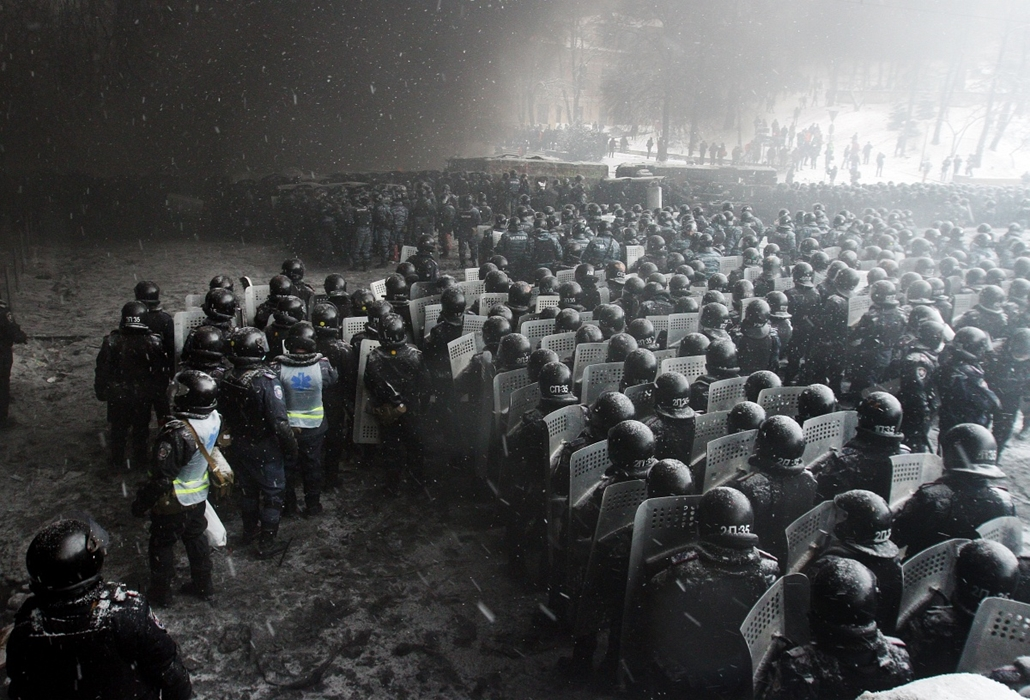 afp. Ukrajna, Kijev, tüntetés 2014.01.22. Riot police officers gather as they clash with protestors in the center of Kiev on January 22, 2014. Ukrainian police today stormed protesters' barricades in Kiev as violent clashes erupted and activists said that
