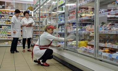 Nem ússzuk meg a karácsonyi sorbanállást: Tízezer eladó hiányzik a boltokból
