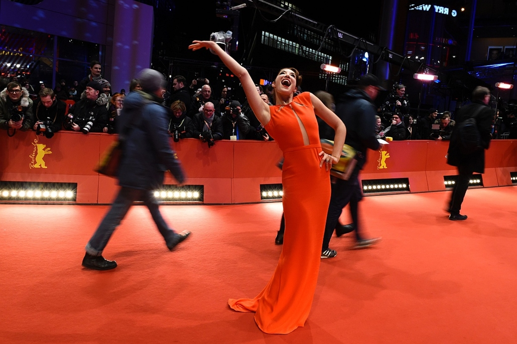 afp. 66. Berlini Nemzetközi Filmfesztiválon, Berlinale 2016 - A woman poses for photographers as she arrives for the screening of the film Midnight Special by Jeff Nichols in competition of the 66th Berlinale Film Festival in Berlin on February 12, 2016.