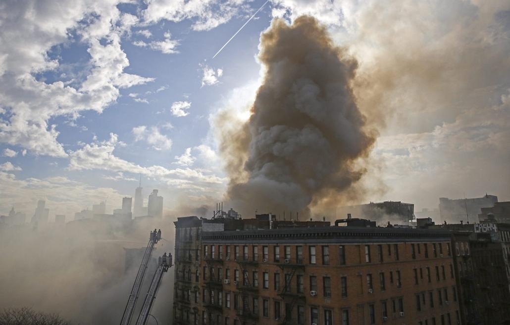 epa. Gázrobbanás Manhattanben 2015.03.27. New York, Tűzoltók dolgoznak annak a gázrobbanásnak a helyszínén, ahol három többemeletes lakóépület összedőlt és négy lángra kapott New York Manhattan városrészében 2015. március 26-án. A robbanásban a hatóságok
