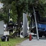 Megsemmisült egy busz eleje egy budapesti karambolban – fotók