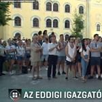 Több százan tüntettek Debrecenben a leváltott iskolaigazgató mellett