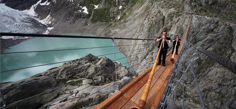Extrém túra az Alpok felett: 170 méteres függőhíd (fotó, videó)