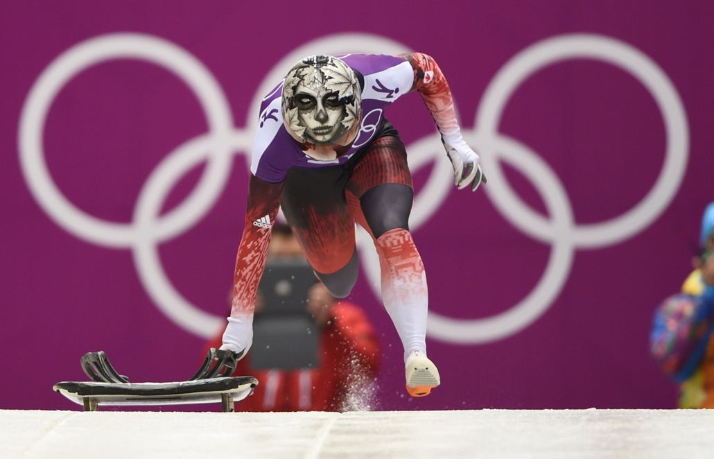 afp. Szocsi 2014 nagyítás - Canada's Sarah Reid takes off during Skeleton training at the Sanki Sliding Center in Rosa Khutor during the Sochi Winter Olympics on February 11, 2014.