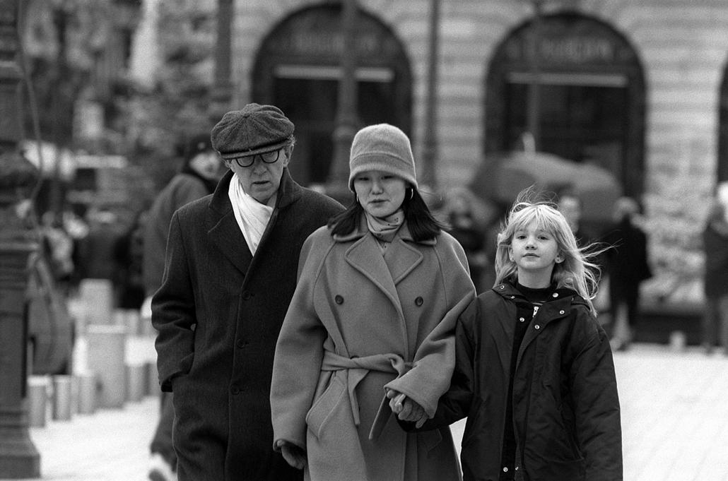 afp.97.12.26. - Párizs, Franciaország: Woody Allen, felesége Soon-Yi Previn és volt feleségével, Mia Farrow-al fogadott lányukkal - nagyítás