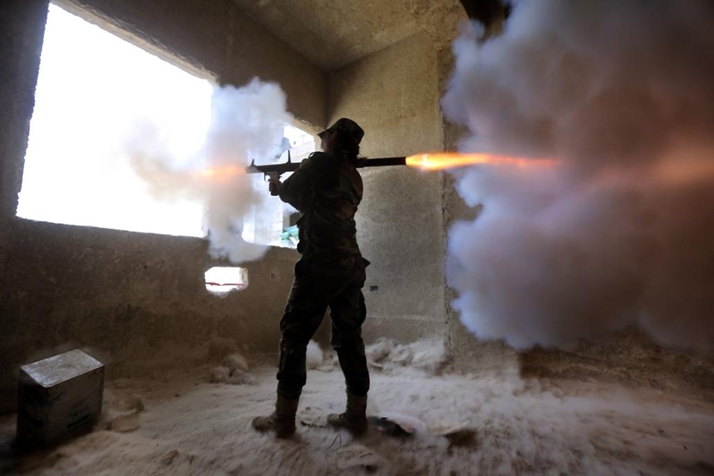 afp. hét képei - Jobar, Szíria, női szír katona, köztársasági gárda, rakétagránát, 2015.03.25. A female Syrian soldier from the Republican Guard commando battalion fires a rocket-propelled grenade (RPG) during clashes with rebels in the restive Jobar area