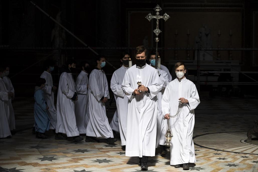 mti.21.04.04. Ünnepi húsvéti szentmise Erdő Péter bíboros, esztergom-budapesti érsek celebrálásával az esztergomi bazilikában 2020. április 4-én.