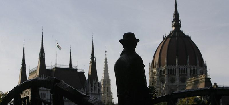 Elvihetik Nagy Imre szobrát a Kossuth tér mellől