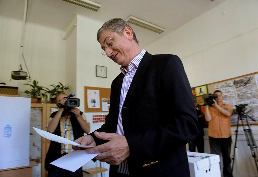 mti. választás 2014, önkormányzati választások 2014.10.12. Budapest, Gyurcsány Ferenc, a Demokratikus Koalíció (DK) elnöke a szavazólapját nézi a II. kerületi Áldás Utcai Általános Iskolában kialakított 5. számú szavazókörben az önkormányzati választáson