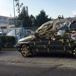 A nap fotója: alaposan elcsúfították ezt a budapesti parkoló autót