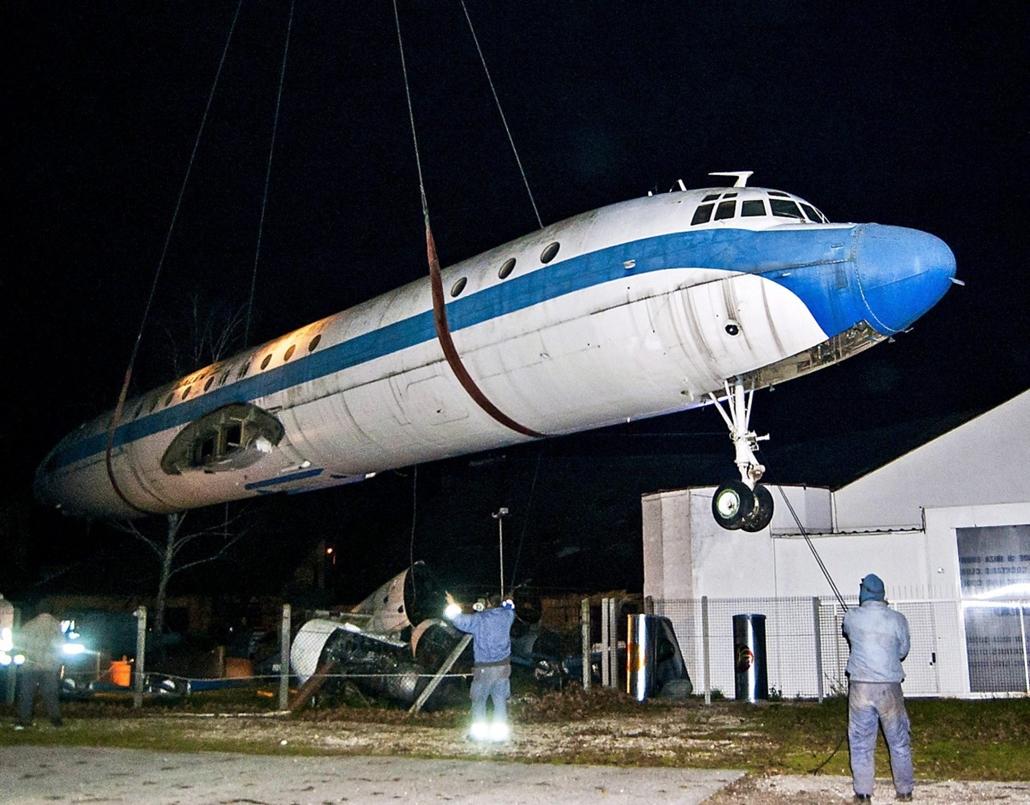mti.14.11.17. - Elszállították az egykori mulató-repülőt Győr mellől - Malév HA-MOI