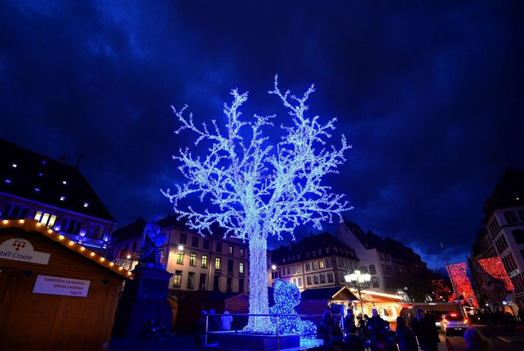 afp. nagyításhoz - égők, karácsonyi dekoráció, fények, fényfüzér, advent - Strasbourg, Franciaország
