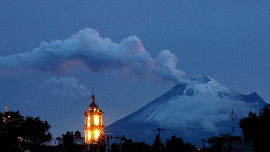 vulkán, tűzhányó - MEXICO, Panotla : Ash and smoke spew from Popocatepetl volcano in Panotla community on Tlaxcala, Mexico, on September 30, 2012. According to a report by the National Center for the Prevention of Disasters (CENAPRED) a yellow alert is on