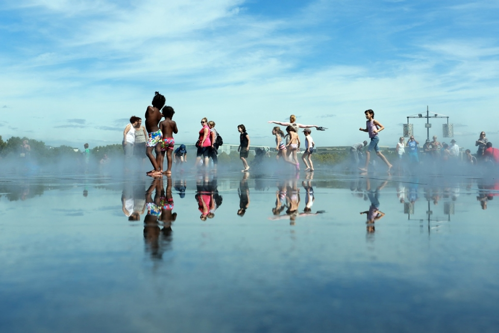 afp. hét képe - Bordeaux, Franciaország, 2014.08.25. Children play in the Water Mirror on August 25, 2014 in the southwestern French city of Bordeaux. Hardly eight years after its creation, the Water Mirror is taking an amazing place in the daily lives of
