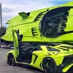 Kiváló árukapcsolás: a Lamborghini mellé pont hozzá passzoló motorcsónak jár
