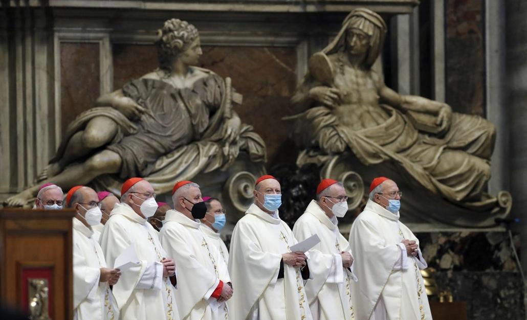 mti.21.04.01. Védőmaszkot viselő bíborosok Giovanni Battista Re, a bíborosi testület vezetőjének miséjén, amelyet az utolsó vacsora emlékezetére mutat be a vatikáni Szent Péter-bazilikában 2021. április 1-jén, nagycsütörtökön. A koronavírus-járvány miatt