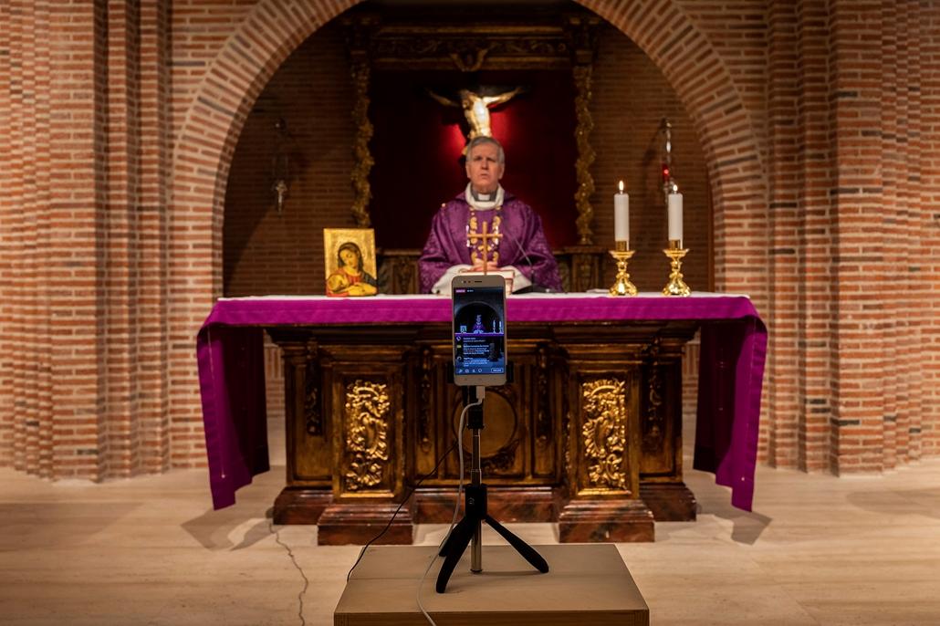 nagyítás - !AP!20.05.08ig! mti.20.03.15. Jesus Higueras katolikus pap élőben közvetíti a misét az okostelefonján keresztül a Madrid melletti Pozuelo de Alarcónban 2020. március 15-én. Két nappal korábban a spanyol kormány szükségállapotot hirdetett a koro